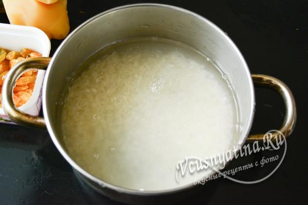 залить рис водой