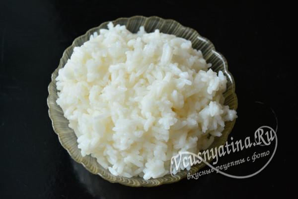 выложить рис на блюдо