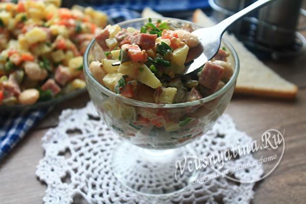 салат с колбасой и солеными огурцами
