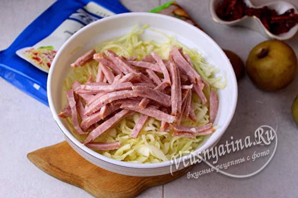 добавляем колбасу соломкой