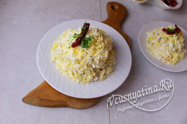 украшаем салат сыром и яйцом