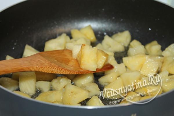 обжариваем ананас