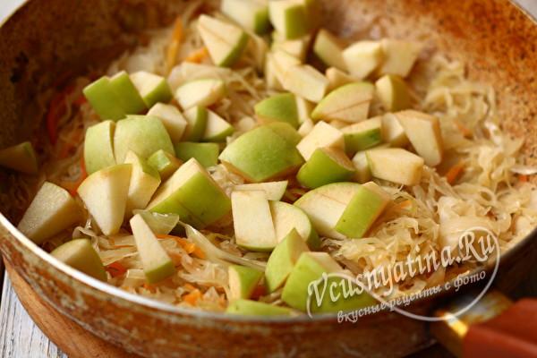 добавляем яблоки к капусте