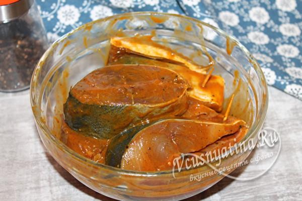 смазать рыбу в маринаде