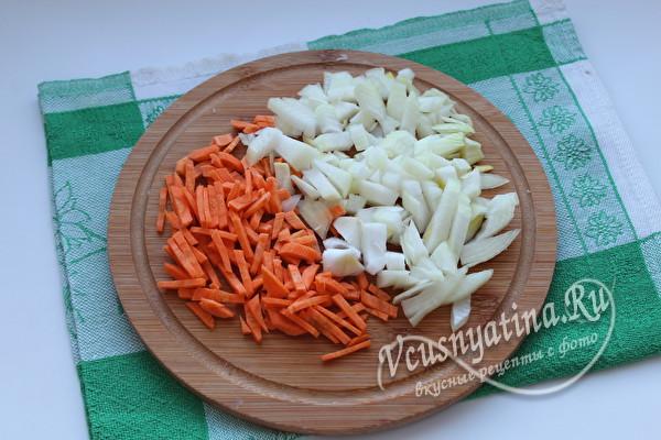 нарезанные лук и морковь