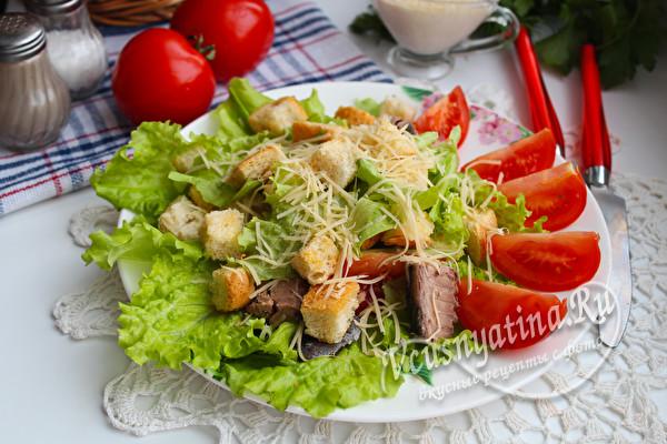 салат Цезарь с рыбой
