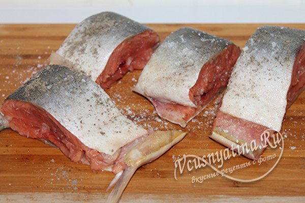 нарезать рыбу на куски и замариновать