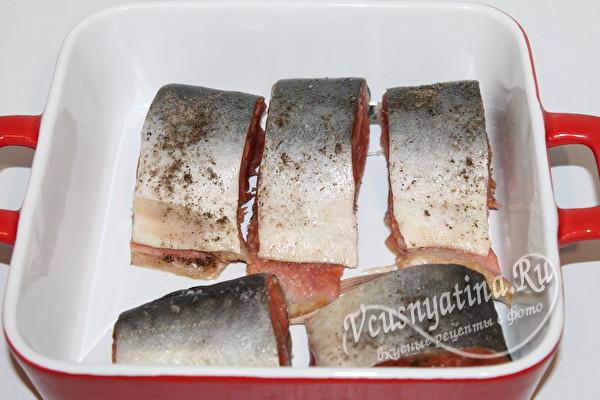 уложить куски рыбы в форму для запекания