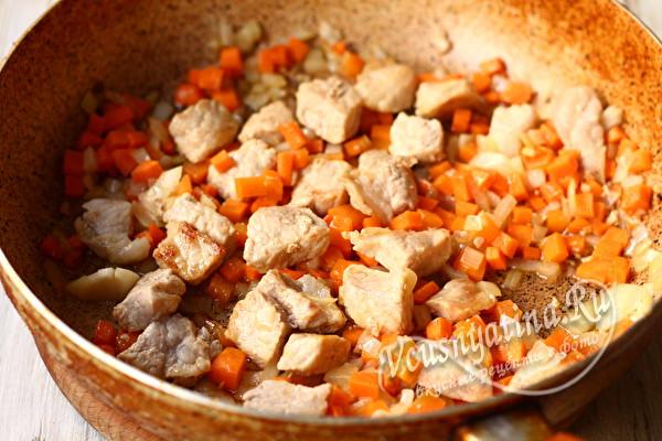 обжариваем овощи и мясо
