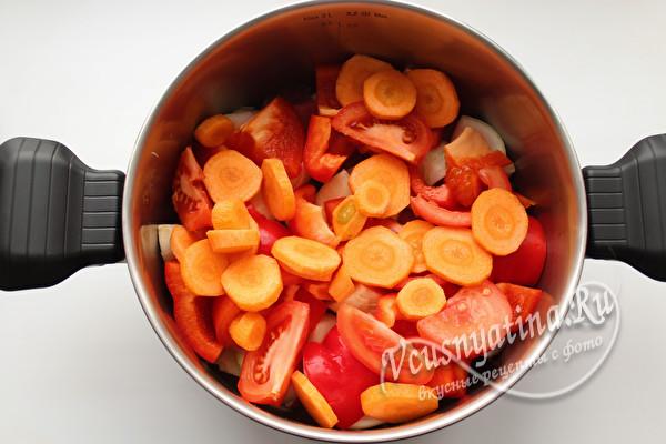 поверх томатов - морковь