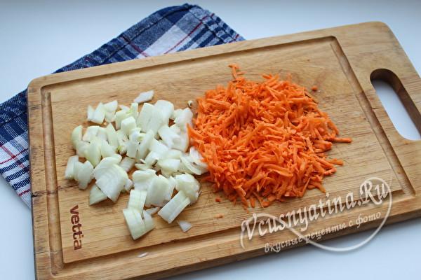 нарезанный лук и морковь