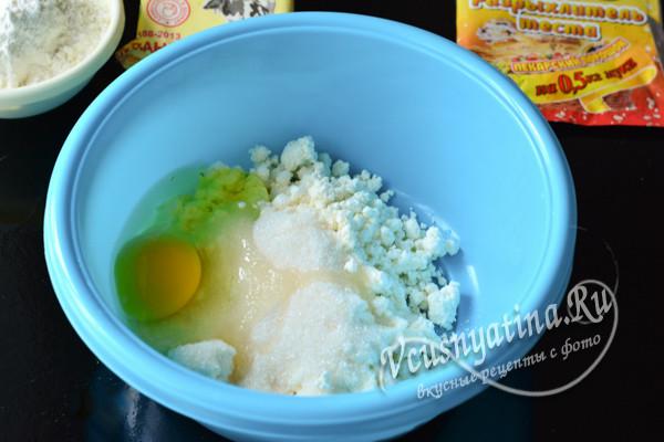 в миске творог, яйцо и сахар