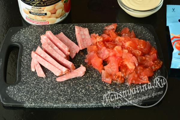 нарезанные колбаса и помидоры