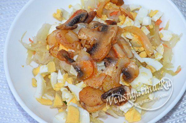 смешиваем грибы и капусту