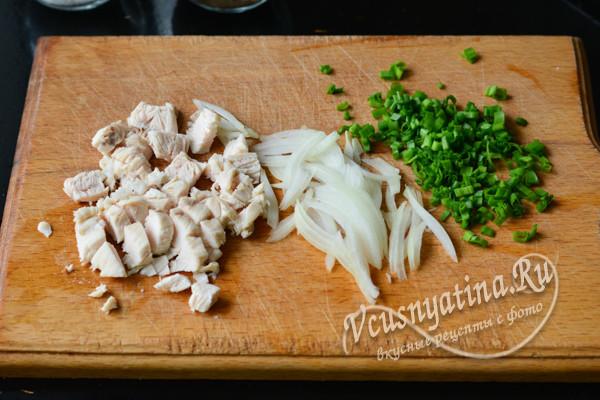 нарезанное мясо, луки зелень