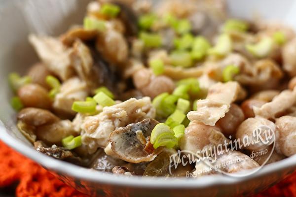 грибной салат с курицей и фасолью