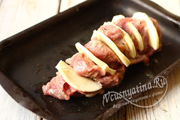 начиняем мясо луком