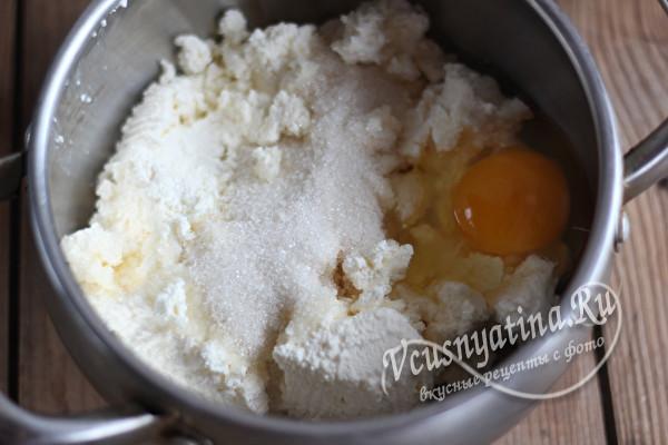 творог, сахар и яйцо