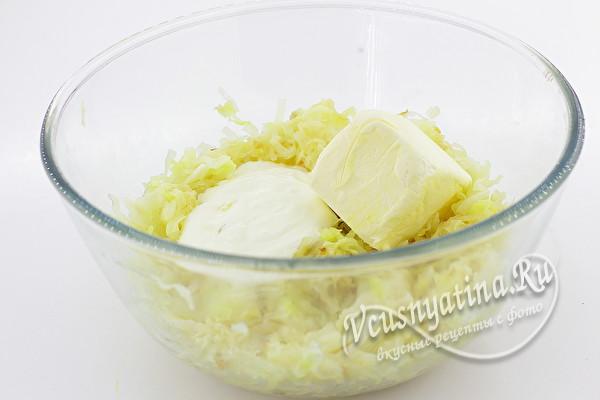 смешиваем капусту, сметану и маргарин