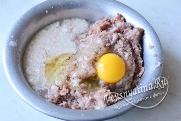 к мясу добавляем яйцо и хлеб