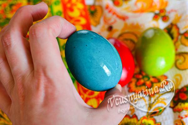 натираем маслом крашенное яйцо