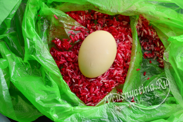 окрашиваем яйца