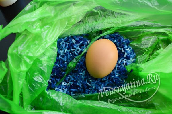 красим яйцо в синей краске