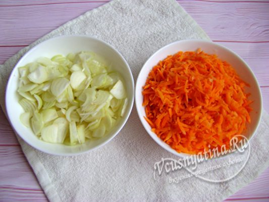 измельченные морковь и лук