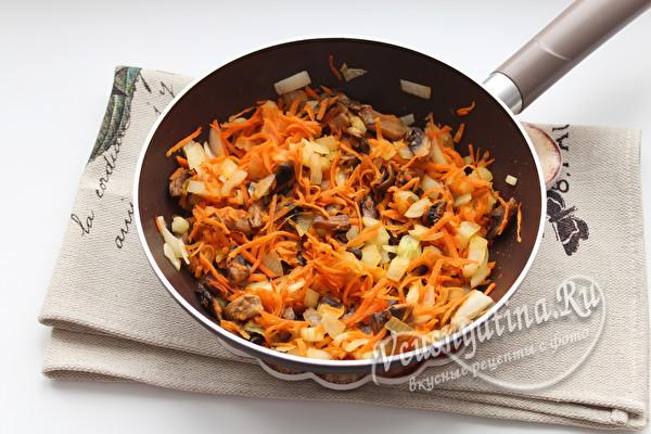 обжариваем грибы с овощами