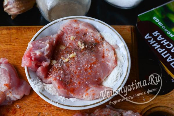 панируем мясо в муке