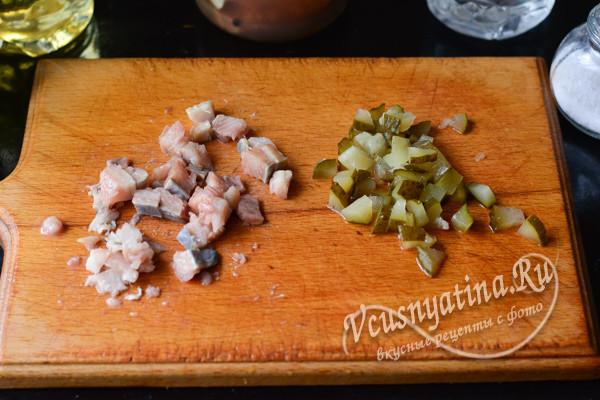 нарезанные рыба и лук