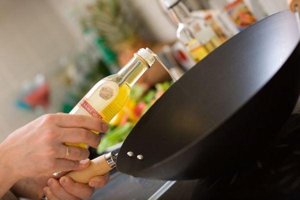 наливаем масло в сковороду