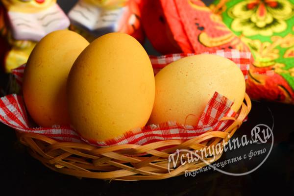 Яйца, крашенные куркумой