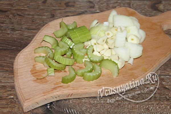 нарезанный сельдерей, лук и чеснок