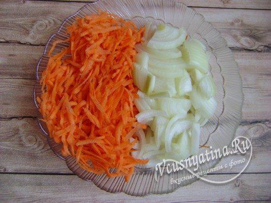 измельченные лук и морковь