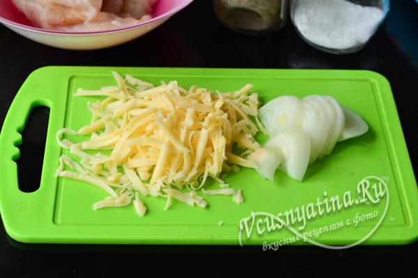 нарезанный лук и сыр