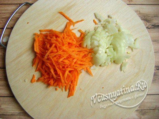 измельченный лук и морковь