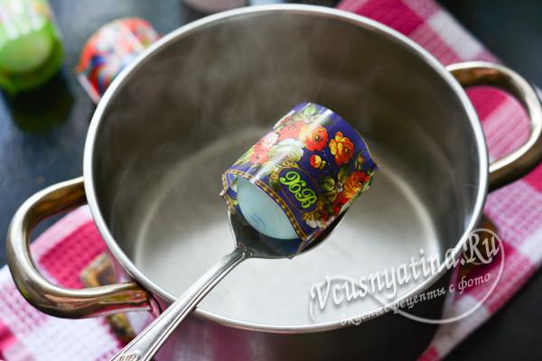 помещаем яйцо в горячую воду