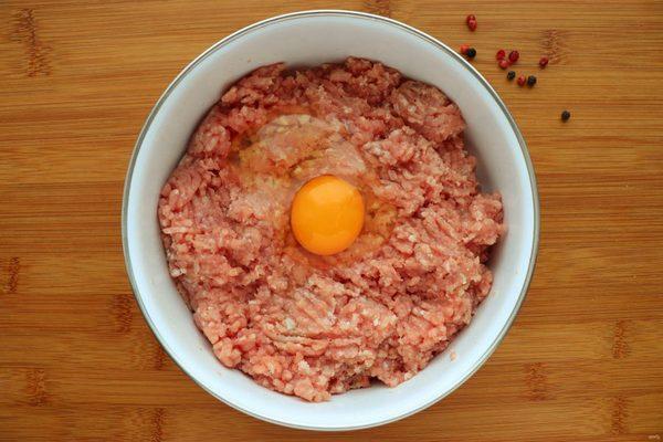 Яйцо в мясном фарше