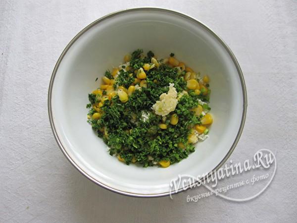 добавление кукурузы и зелени