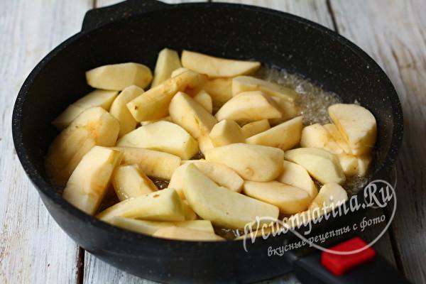 томим яблоки в карамели