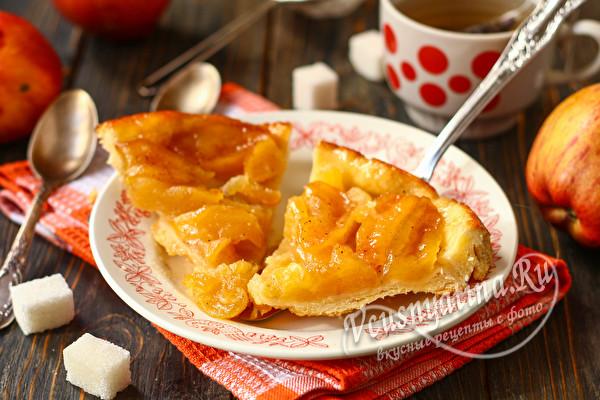 готовый пирог с яблоками