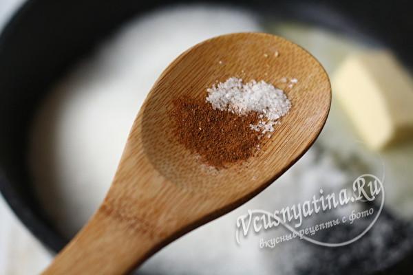 добавление соли и корицы
