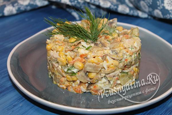 салат с курицей, грибами и яйцами