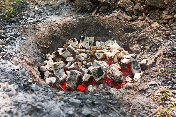 подготовка ямы для шашлыка