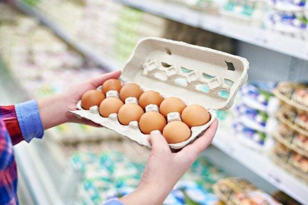 выбор яиц в магазине