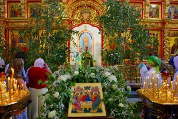 празднование Троицы в церкви