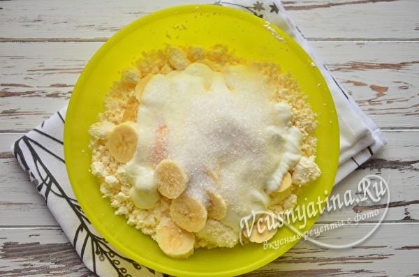добавляем сахар и корицу
