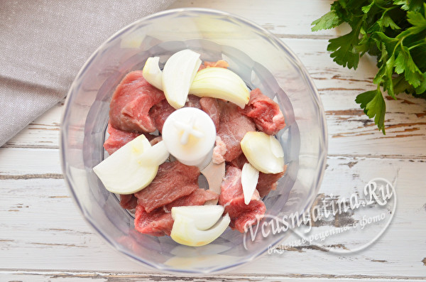 в блендер поместить мясо, лук и чеснок