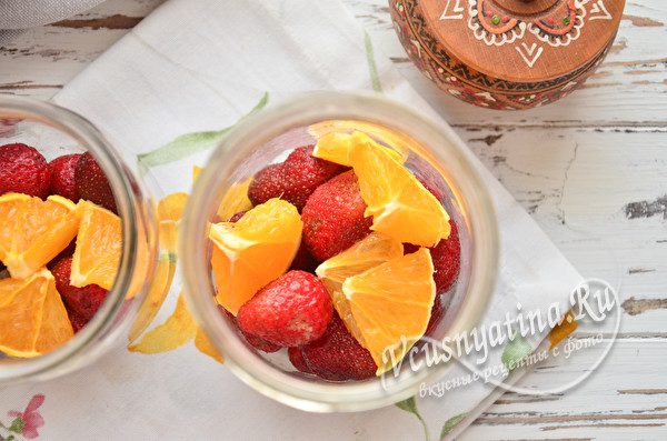уложить в банку фрукты и ягоды